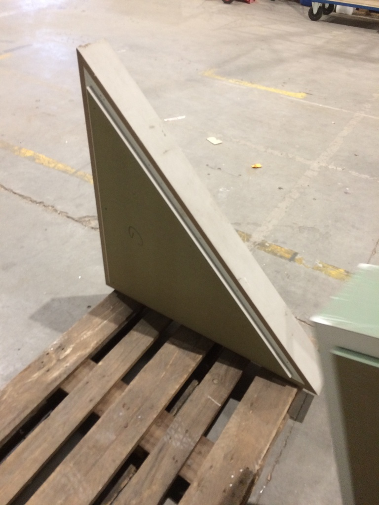 (PANTIN) Socle triangle bois 10€